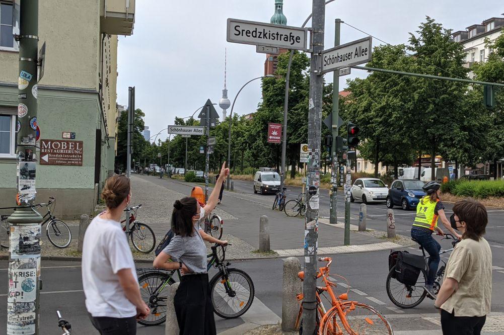 Besucherinnen an der Ecke Sredzkistraße und Schönhauser Allee