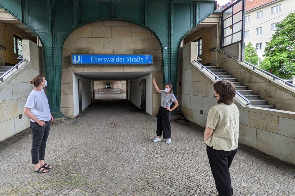 Besucherinnen vor dem Eingang zur U-Bahnhaltestelle Eberswalder Straße