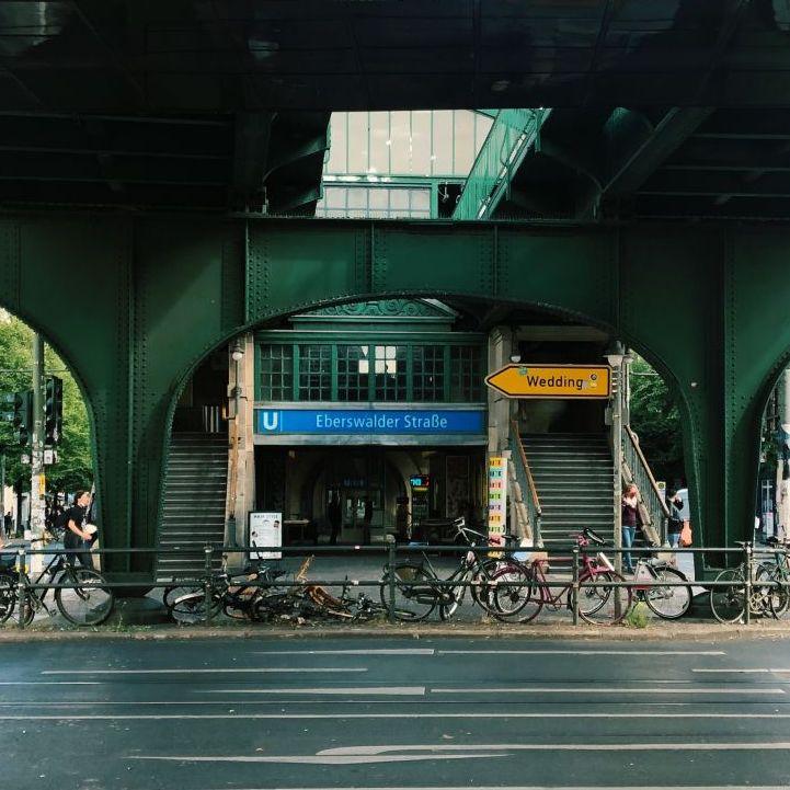 Am Aufgang der U-Bahn-Haltestelle Eberswalder Straße.