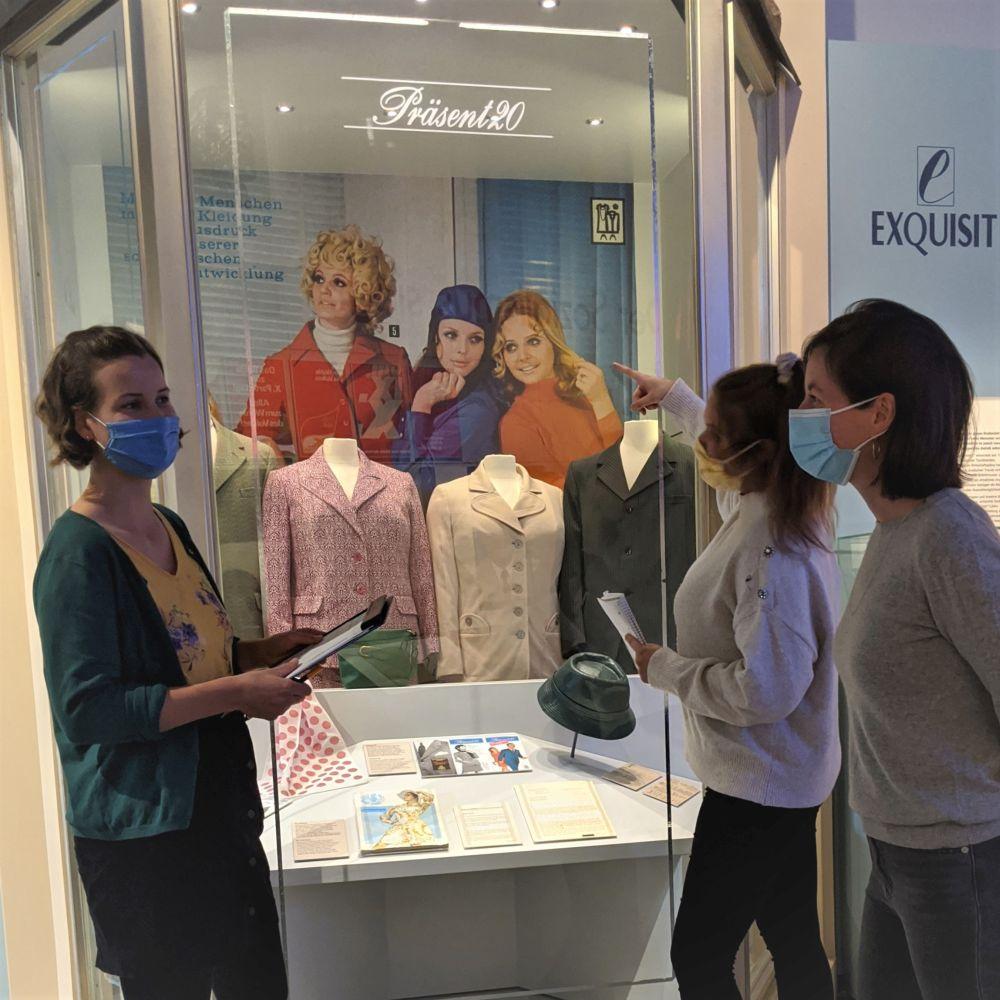 Workshopteilnehmerinnen in der Dauerausstellung