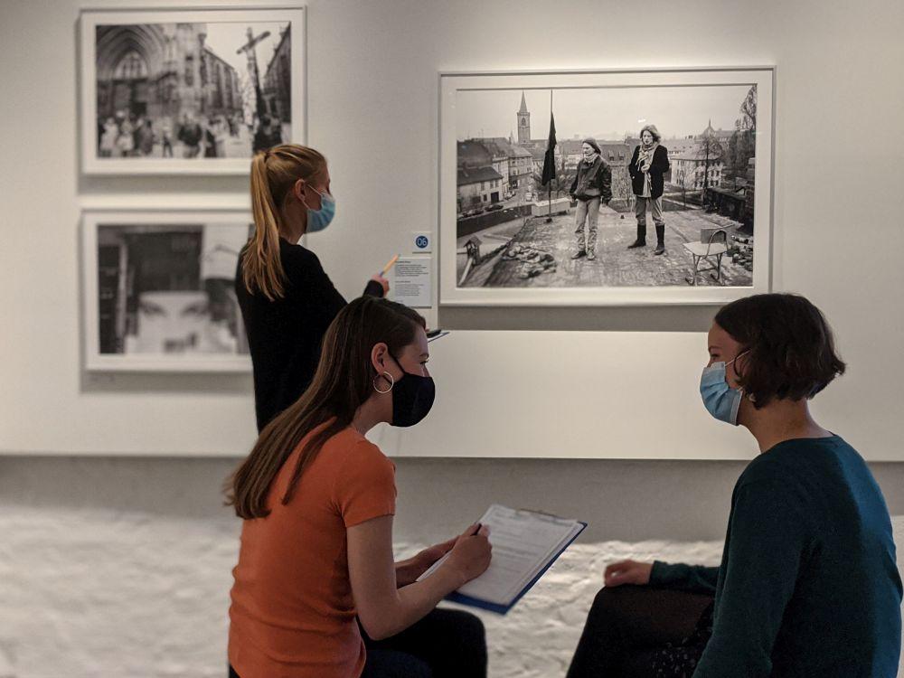 """Workshopteilnehmerinnen in der Wechselausstellung """"Nahaufnahme Ostdeutschland"""""""