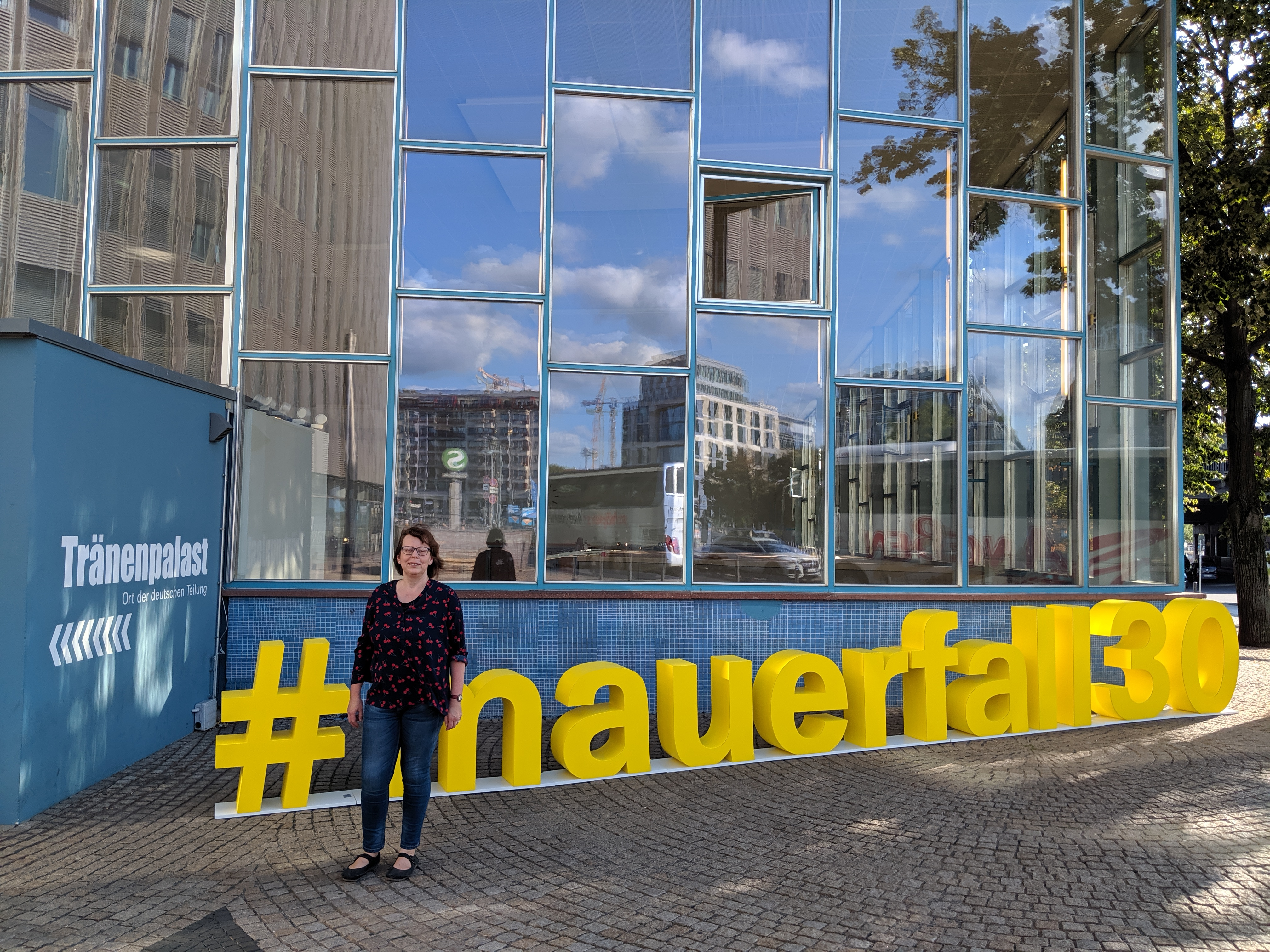 Zeitzeugin Katja Hildebrand vor dem Tränenpalast