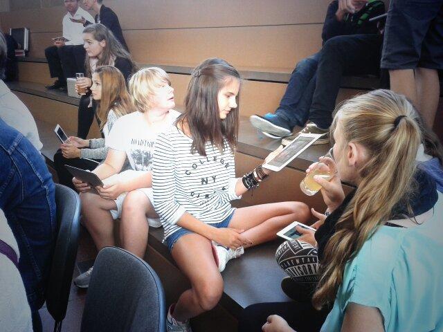 Junge Mädchen testen bei der Relaunch-Feier im Tränenpalast das neue LeMO auf dem Tablet