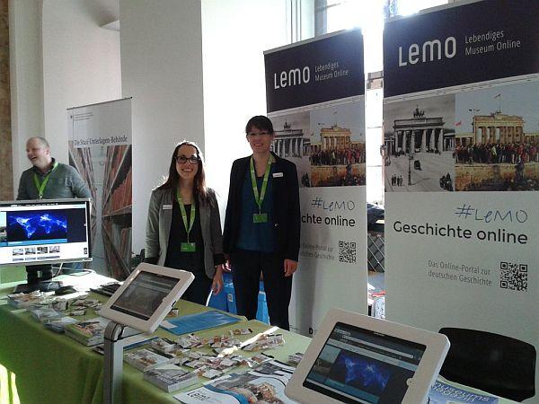 LeMO-Redakteurinnen hinter dem LeMO-Stand auf dem DHM-Museumsfest 2014
