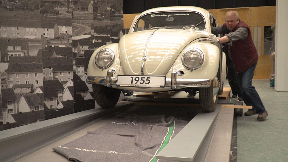 Der Käfer wird in die Ausstellung gerollt