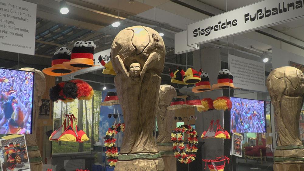Skulptur des WM-Pokals in der Ausstellung