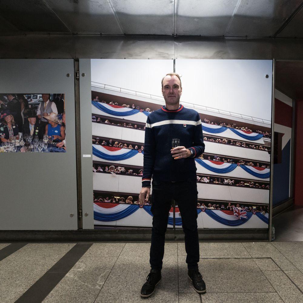 Ganzkörper-Foto des Künstlers vor einem seiner Bilder.