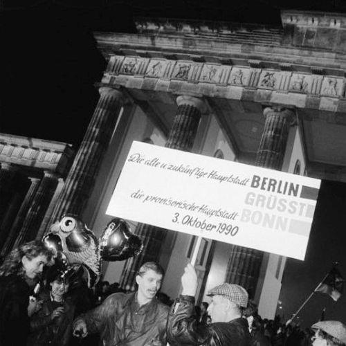 Menschen mit Luftballons und Plakaten am Brandenburger Tor