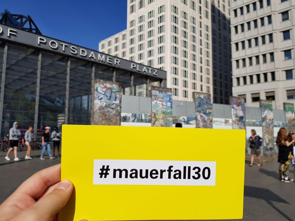 Unsere #mauerfall30-Postkarte am Potsdamer Platz
