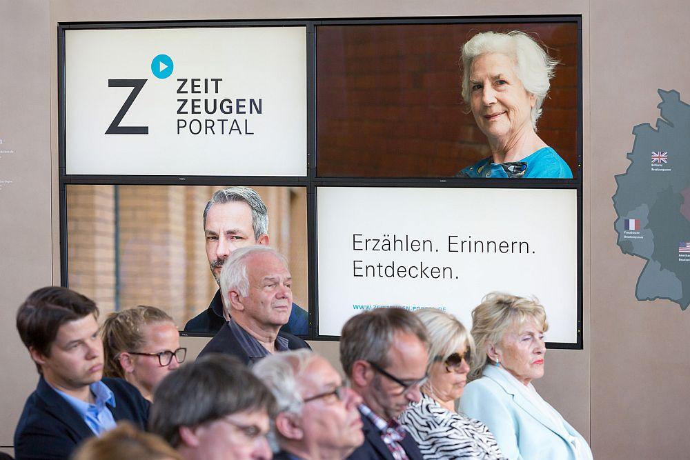 Publikum bei der Vorstellung des Zeitzeugenportals