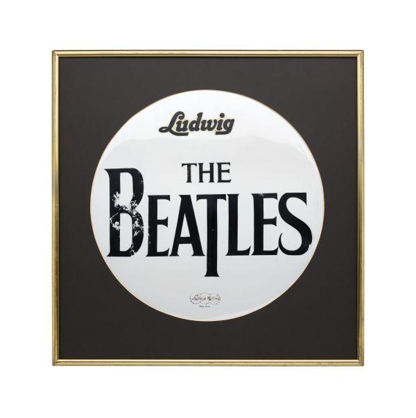 Weißes Trommelfeld mit dem schwarzen Schriftzug The Beatles.