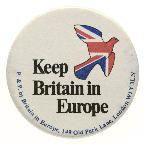 Runder Button mit einer Taube in Farben des Union Jack und der Aufschrift Keep Britain in Europe.