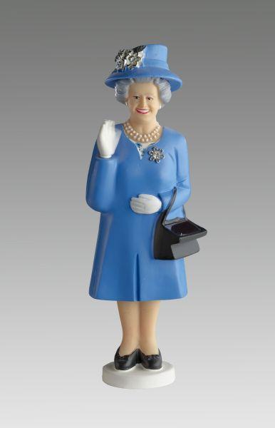 Plastikfigur der englischen Königin, die ein blauses Kleid mit passendem Hut trägt und die Hand winkend hebt.