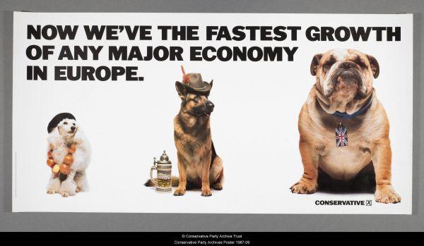 Plakat mit einem kleinen Pudel, der für Frankreich steht, einem mittelgroßen Schäferhund für Deutschland und einer Bulldogge mit Union Jack am Halsband.