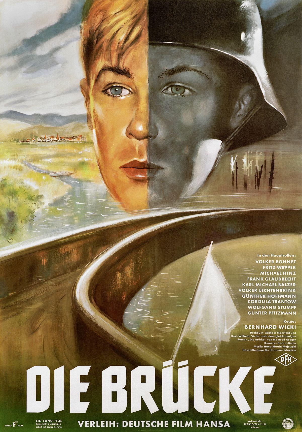 Eine Brücke führt vom Betrachter weg über einen Fluss, darüber ein zweigeteiltes Gesicht eines Teenagers, das den Jungen einerseits farbig und blond, andererseits schwarz-weiß und mit Soldatenhelm zeigt.