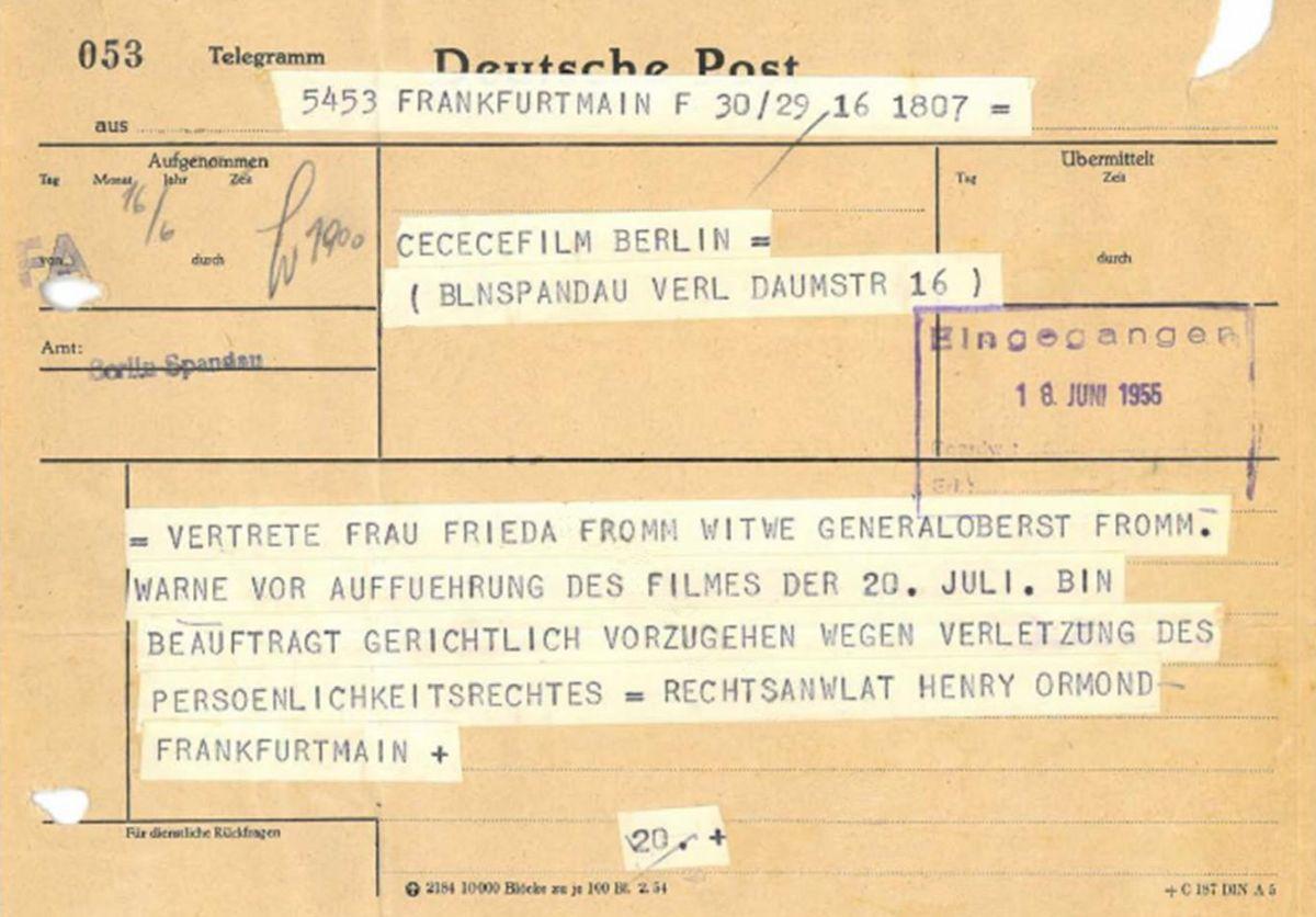 Vergilbtes Formular, auf dem mit Schreibmaschine beschriebene Text-Papier-Streifen kleben