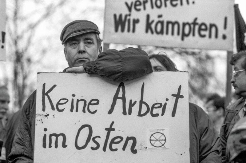 Mann protestiert mit Plakat gegen Arbeitslosigkeit