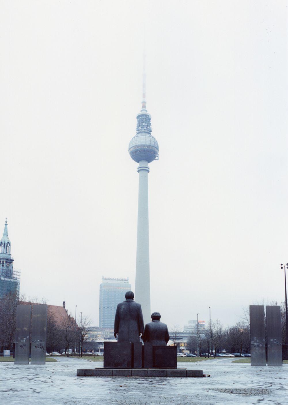 Fotografie 'Marx/Engels-Büsten auf dem Alexanderplatz'