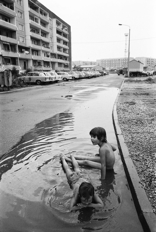 Fotografie 'Spielende Kinder in Pfütze'