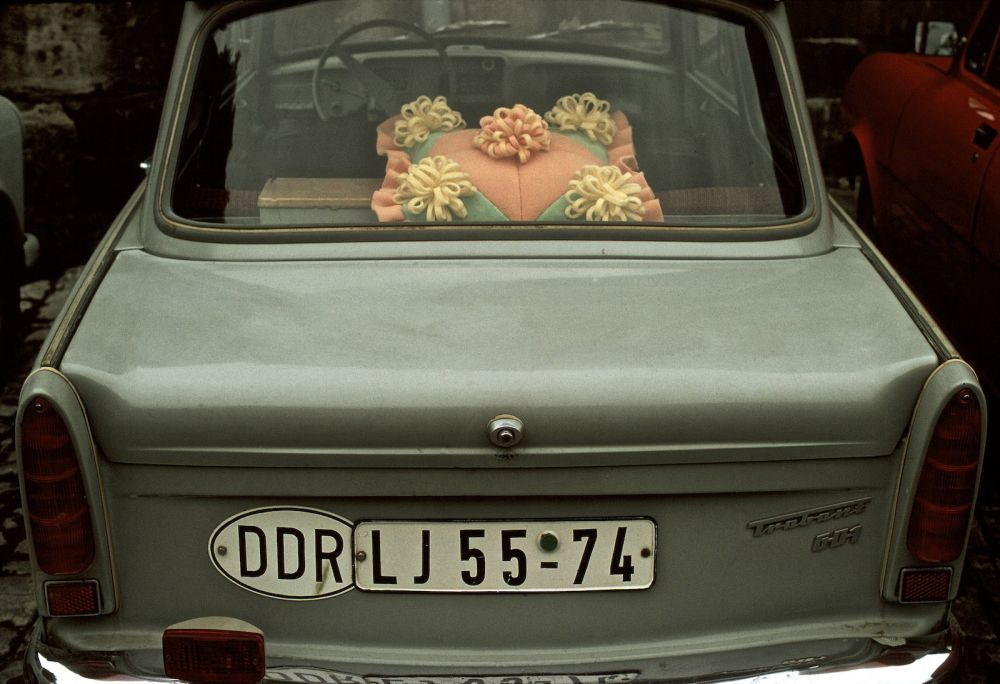 Fotografie 'Kissen auf Hutablage im Trabant'
