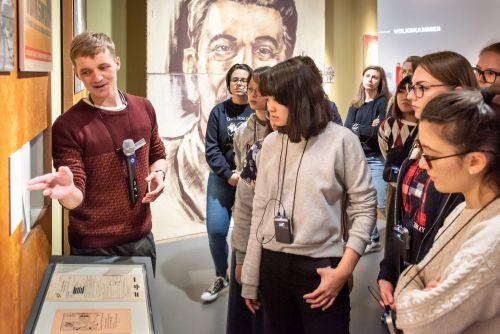 Besucher mit Audio-Guides bei einer Begleitung durch die Dauerausstellung