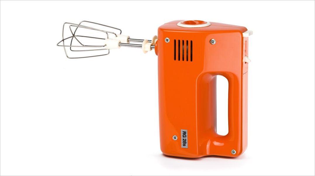 Ein Handmixer für die Küche in Orange