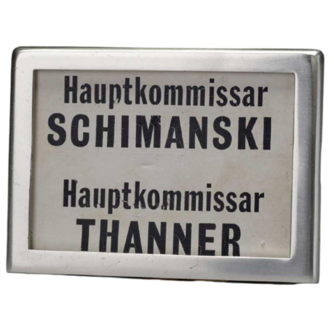 """Büroschild für das legendäre Ermittlerteam im Duisburger """"Tatort"""" aus den 1980er Jahren"""