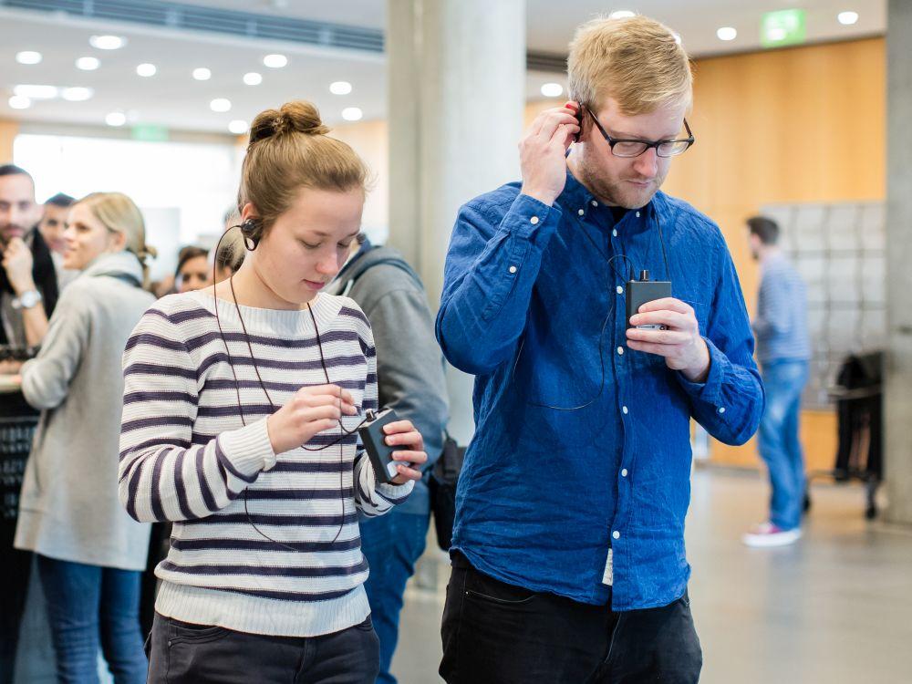 Zwei junge Personen bei einer Hör-Führung