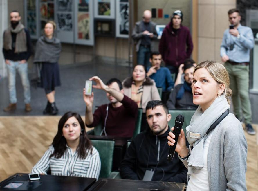 Menschengruppe bei einer Führung in der Dauer-Ausstellung im Haus der Geschichte Bonn