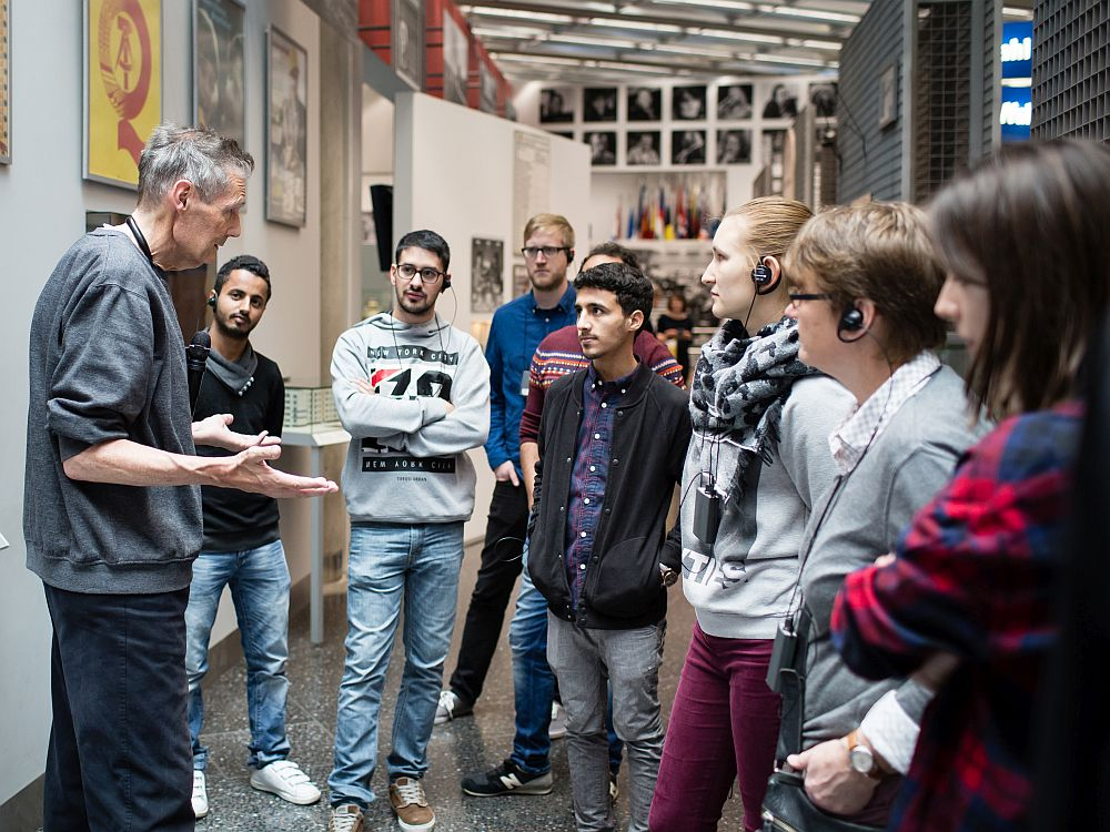 Menschengruppe und Begleiter in der Dauer-Ausstellung Haus der Geschichte Bonn