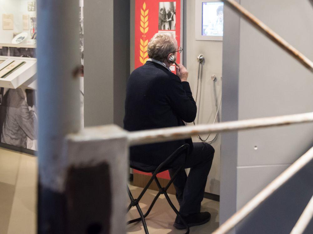 Mann in der Dauer-Ausstellung Museum in der Kultur-Brauerei Berlin