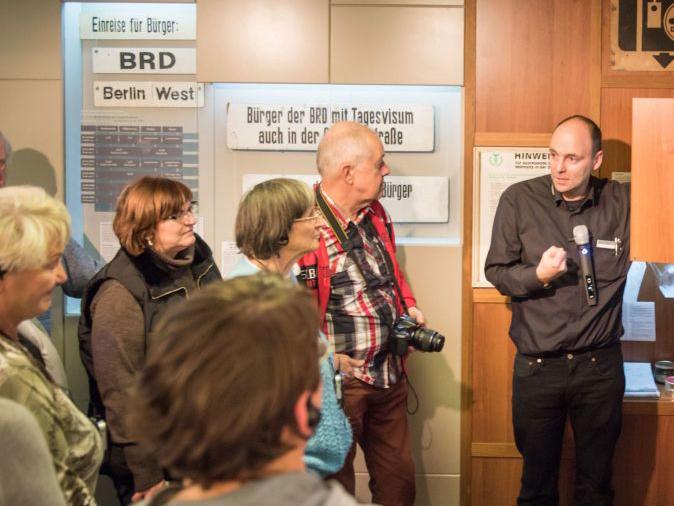 Gruppe bei einer Führung im Tränen-Palast Berlin