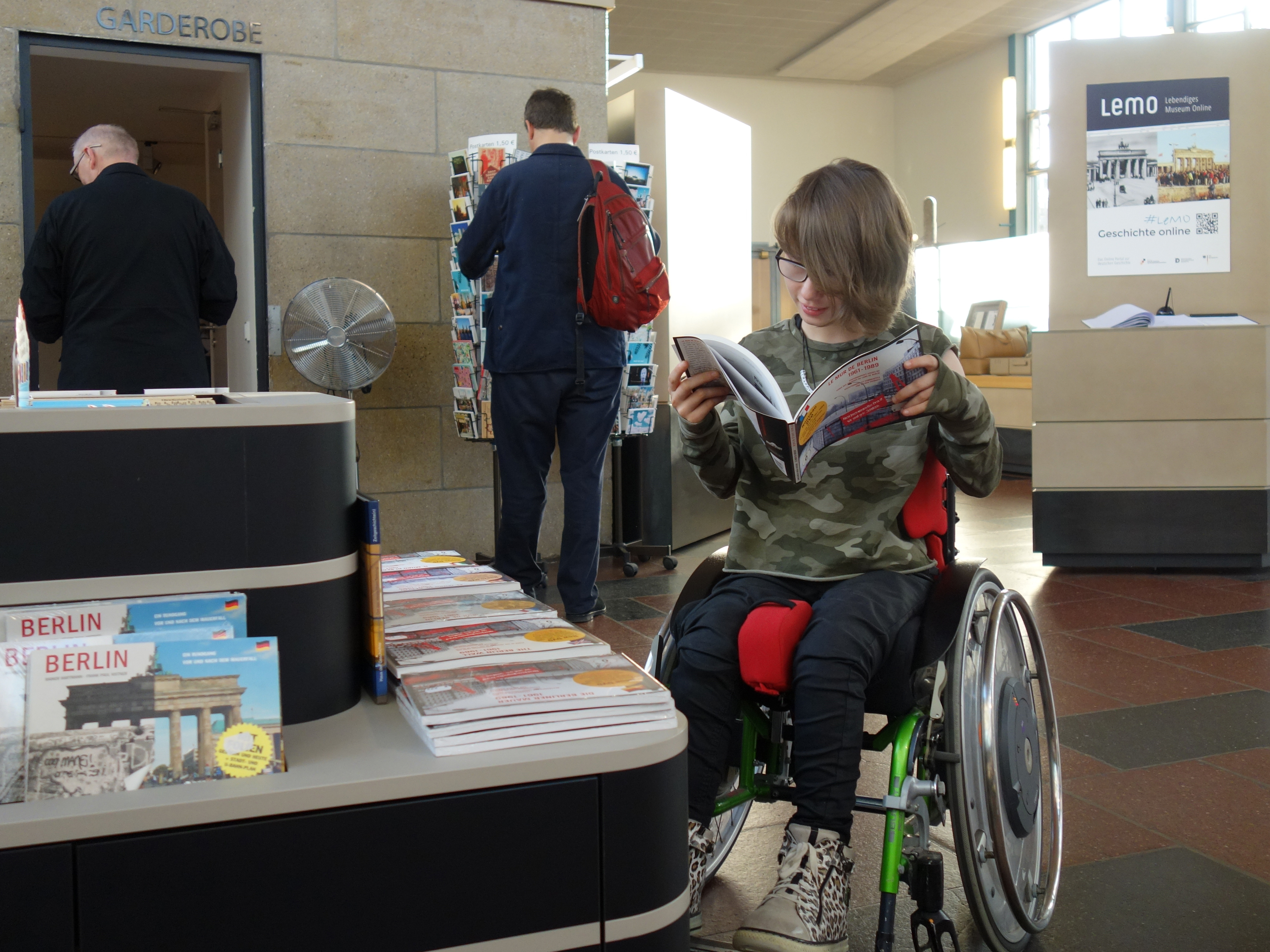Junge Rollstuhl-Fahrerin im Tränen-Palast Berlin