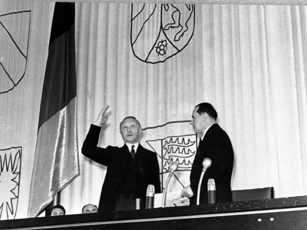 fotografie der vereidigung von bundeskanzler konrad adenauer vor dem deutschen bundestag durch bundestagsprsident erich khler - Konrad Adenauer Lebenslauf