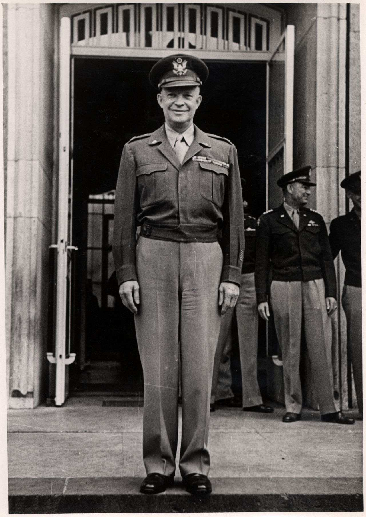 Generalstabschef Dwight D. Eisenhower vor dem Gebäude des  Office of Military Government for Germany (U.S.)(OMGUS).