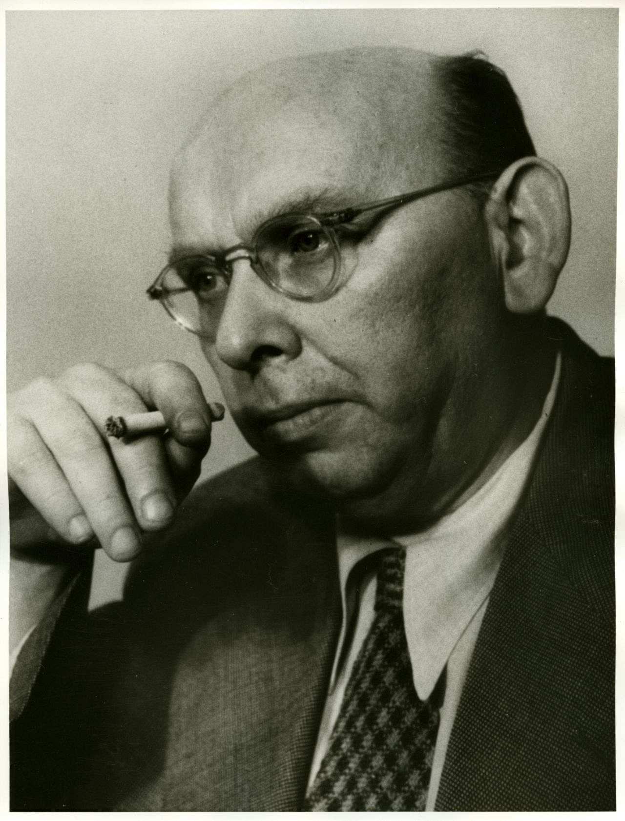 Porträfoto von <b>Hanns Eisler</b>, 1950. - eisler-hanns_foto_LEMO-F-4-259_dhm