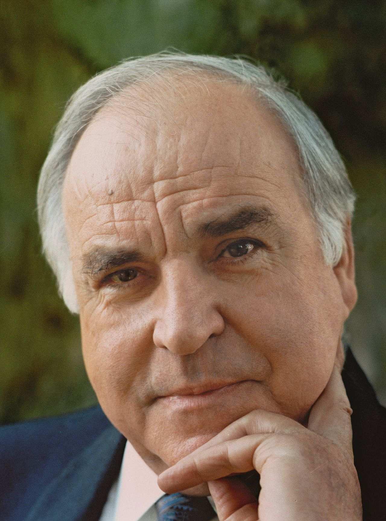 Porträtfoto von Bundeskanzler <b>Helmut Kohl</b>, 1996. - kohl-helmut_foto_LEMO-F-5-009_bbst