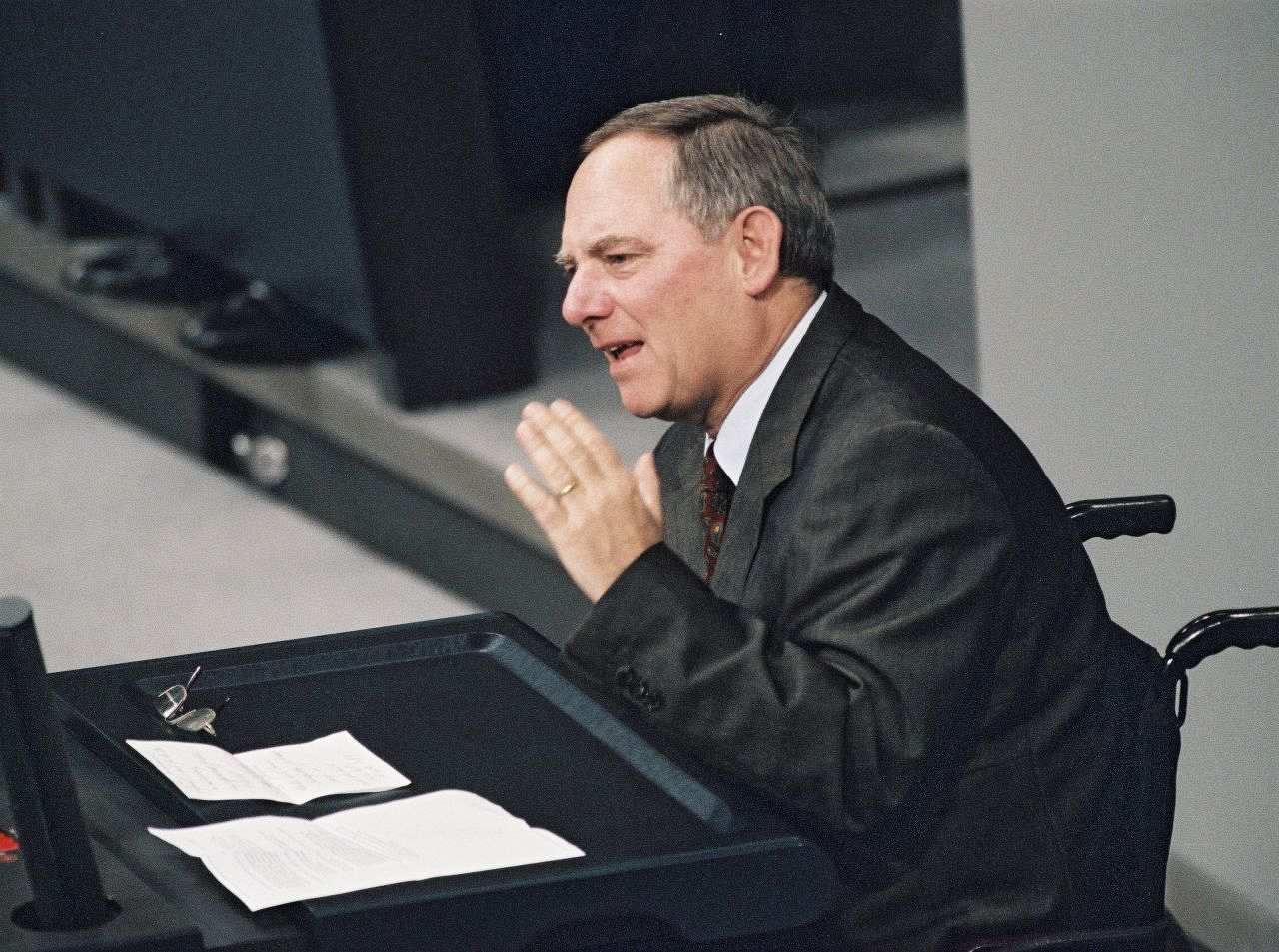 dr wolfgang schuble vorsitzender der cdu am rednerpult anlsslich einer aussprache zur cdu - Wolfgang Schauble Lebenslauf