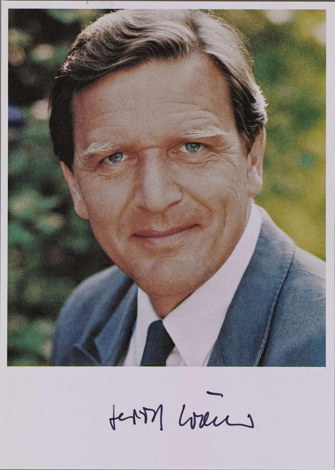 Signiertes Porträtfoto von Niedersachsens Ministerpräsident Gerhard Schröder ...