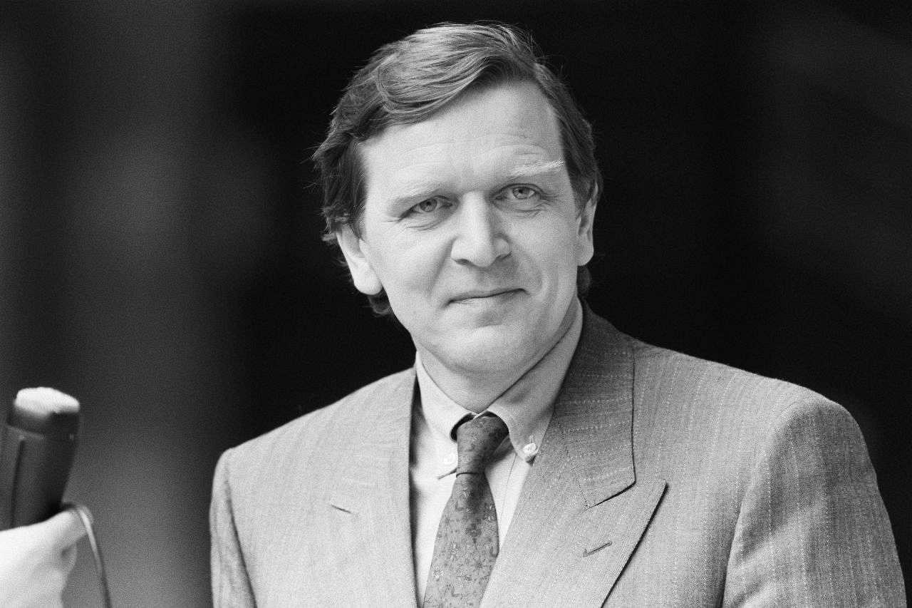 portrtfoto des spd politikers und bundestagsmitglieds gerhard schrder 1986 - Gerhard Schrder Lebenslauf