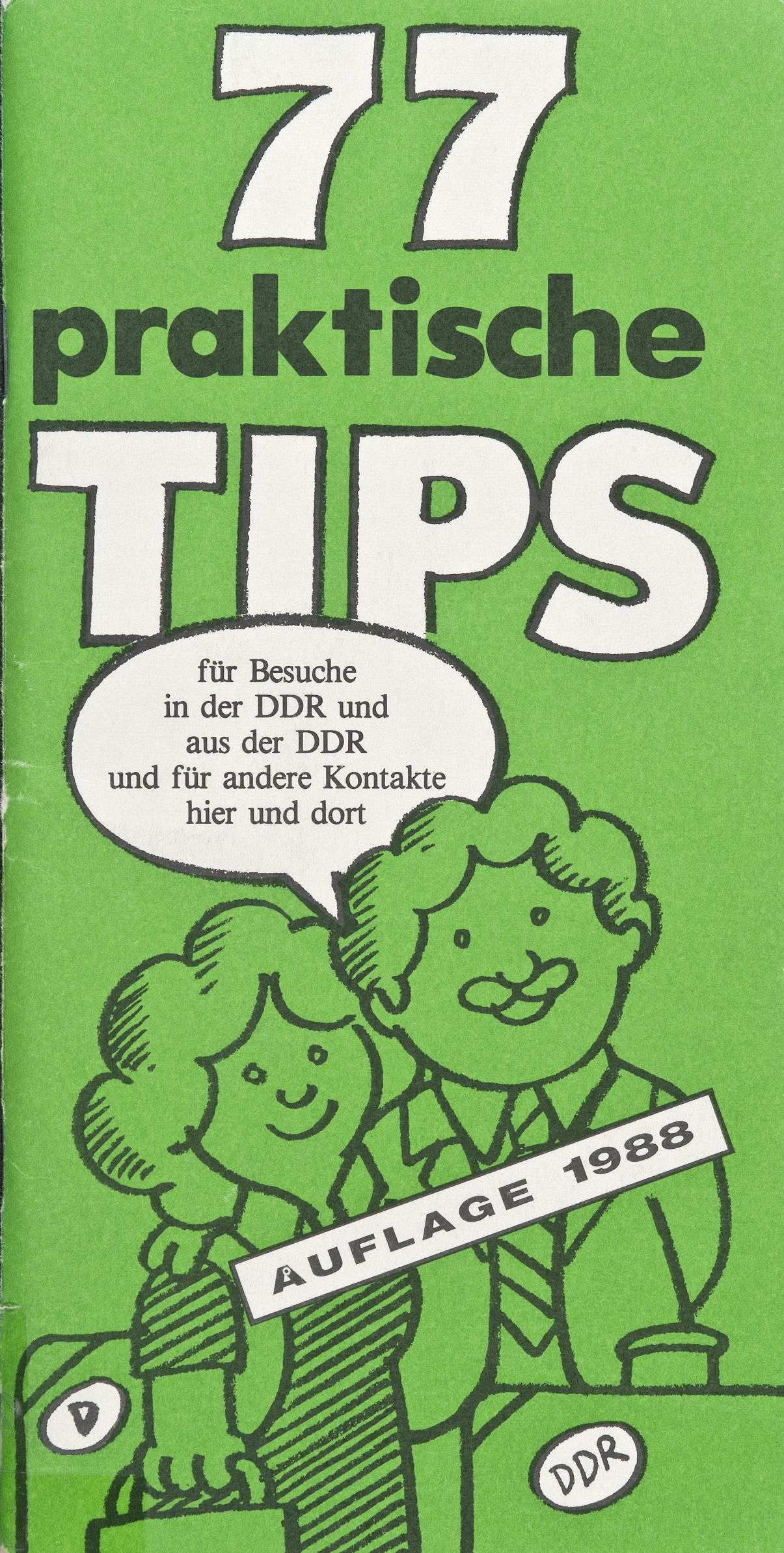 Grünes Heft mit weißer und schwarzer Beschriftung: 77 praktische Tips. Darunter in weiß die Zeichnung einer Frau und eines Mannes mit Gepäck und Sprechblase; Text: für Besuche in der DDR und aus der DDR und für andere Kontakte hier und dort.