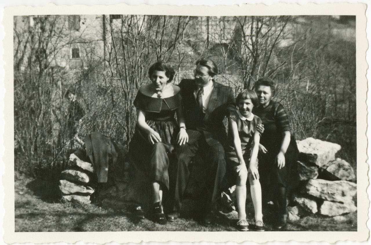 LeMO-Zeitzeuge Helmut Beschke mit Familie im Garten in Jena 1953