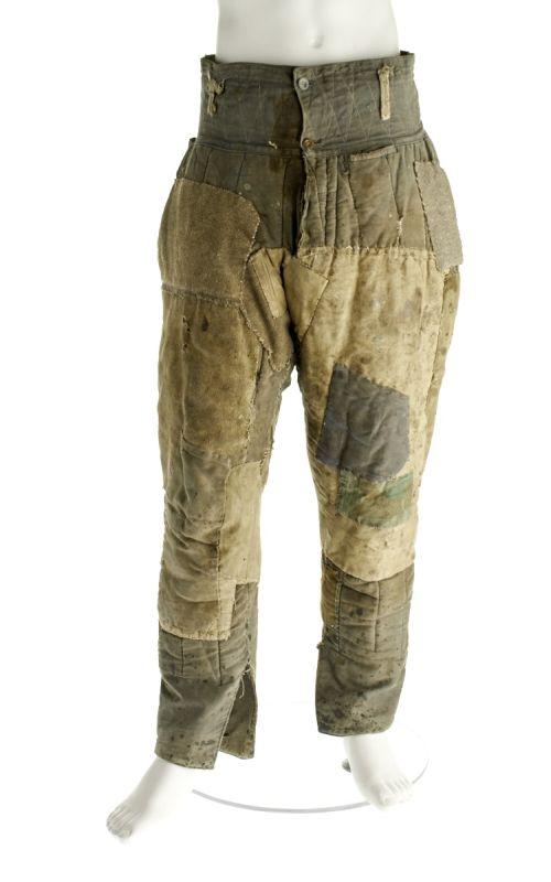 Wattierte Hose aus Stoff mit zahlreichen Flicken. Sie gehört einem deutschen Kriegsgefangenen in der Sowjetunion.