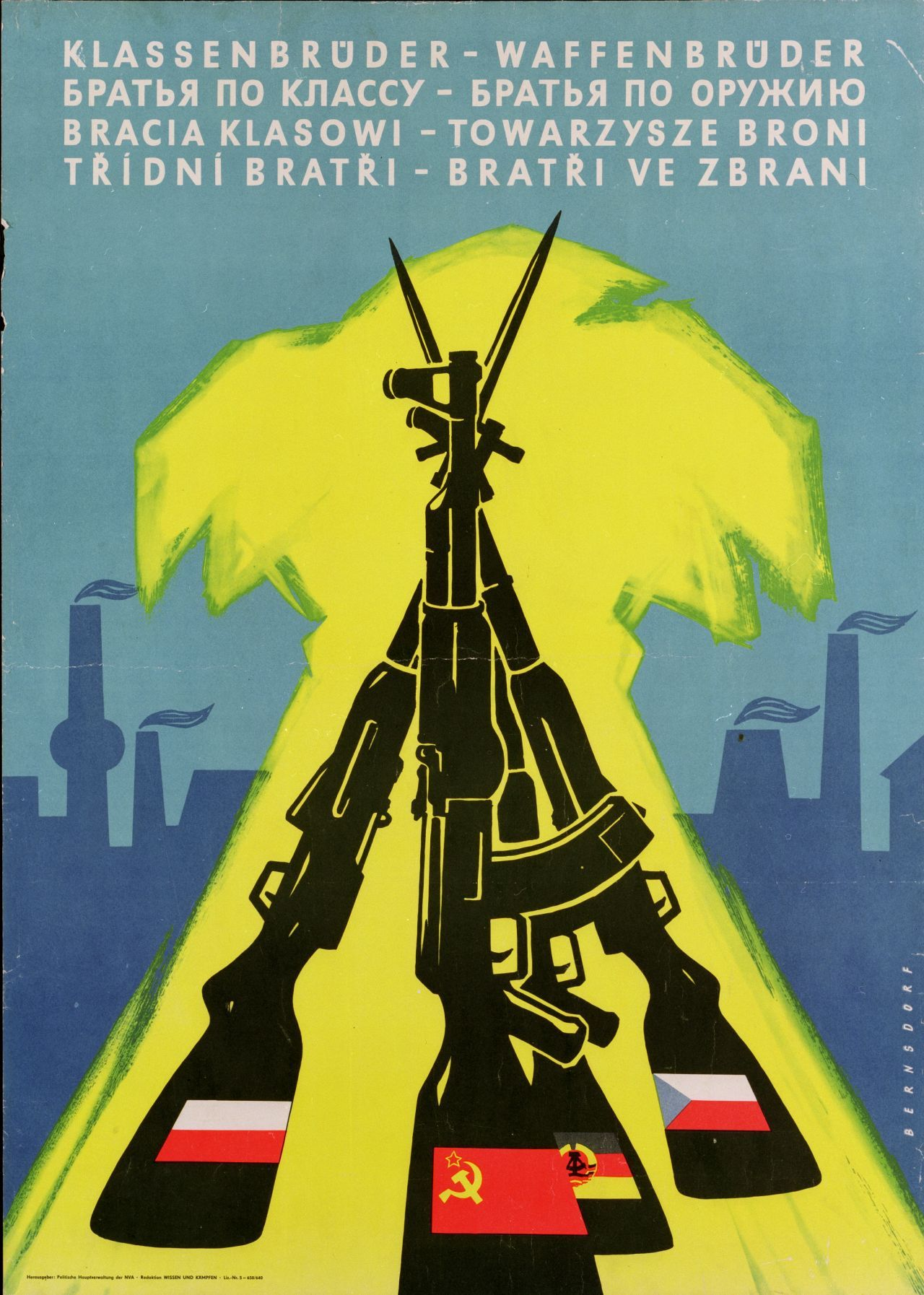 Plakat. Der Spruch 'Klassenbrüder - Waffenbrüder' wird auf dem Plakat in kyrillischer, polnischer und tschechischer Schrift wiederholt.
