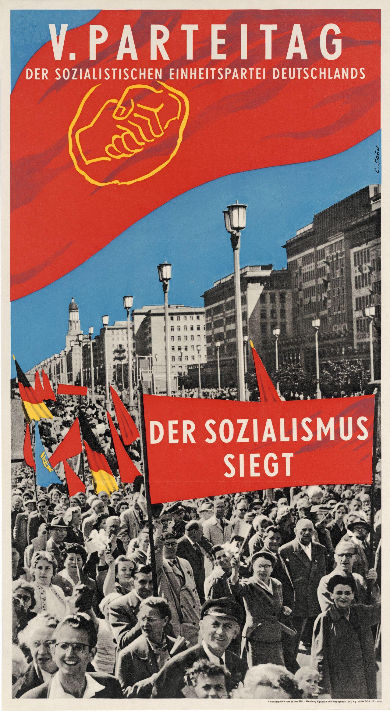 Plakat zum 5. Parteitag der SED 1958 unter der Losung 'Der Sozialismus siegt'
