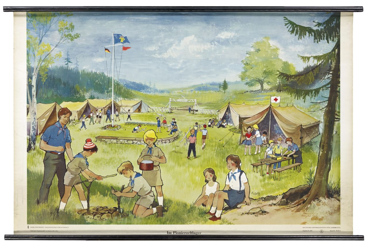 Farbige Zeichnung von Jungpionieren in einem Zeltlager