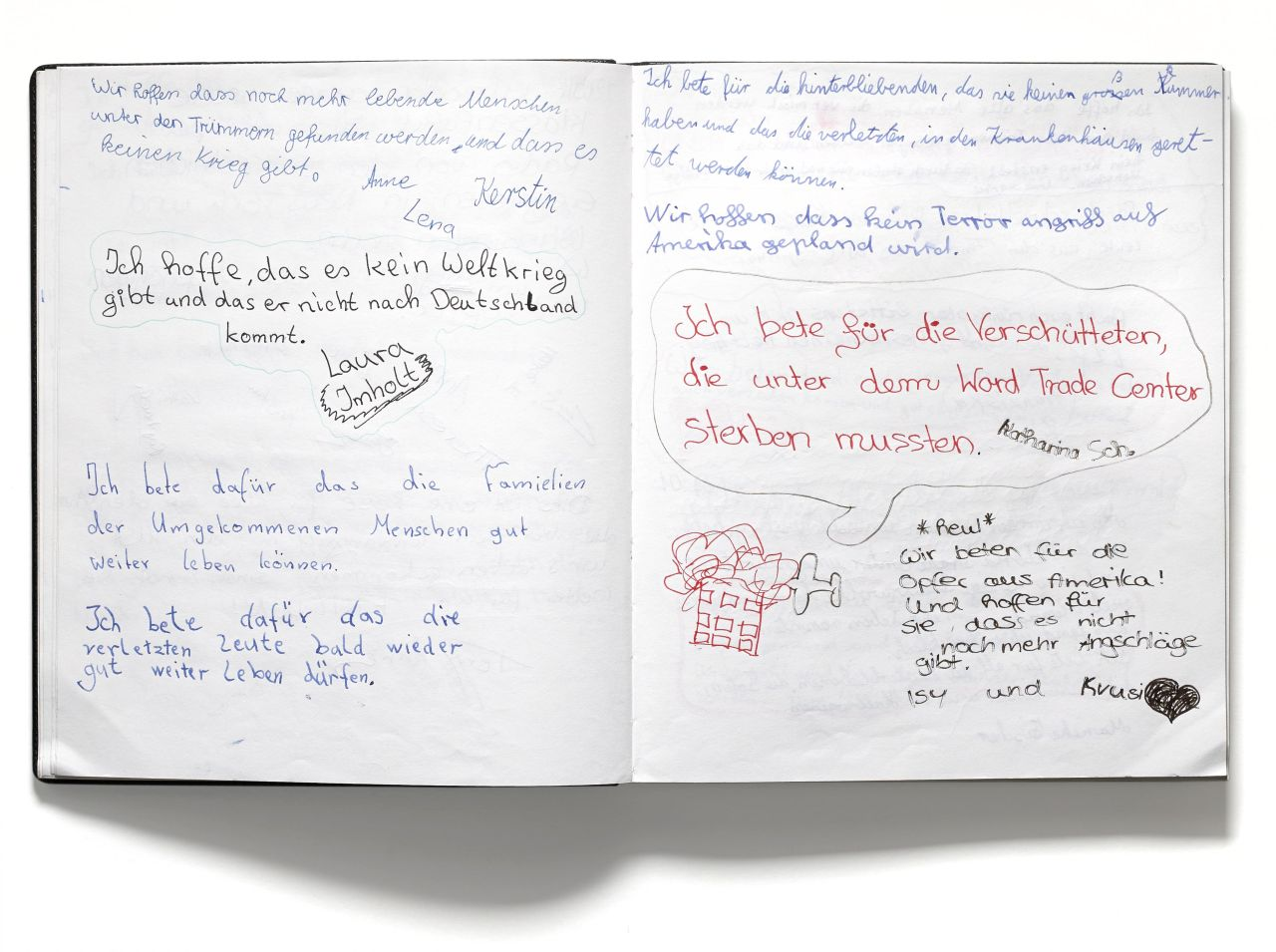 Buch mit schwarzem Kunstledereinband; Vorblatt: In Memoriam 11.09.2001, handschriftlich; auf den folgenden Seiten zahlreiche Einträge von Schülern zu den Terrorangriffen am 11. September 2001 auf das World Trade Center und das Pentagon. Beispiel: Es tut u