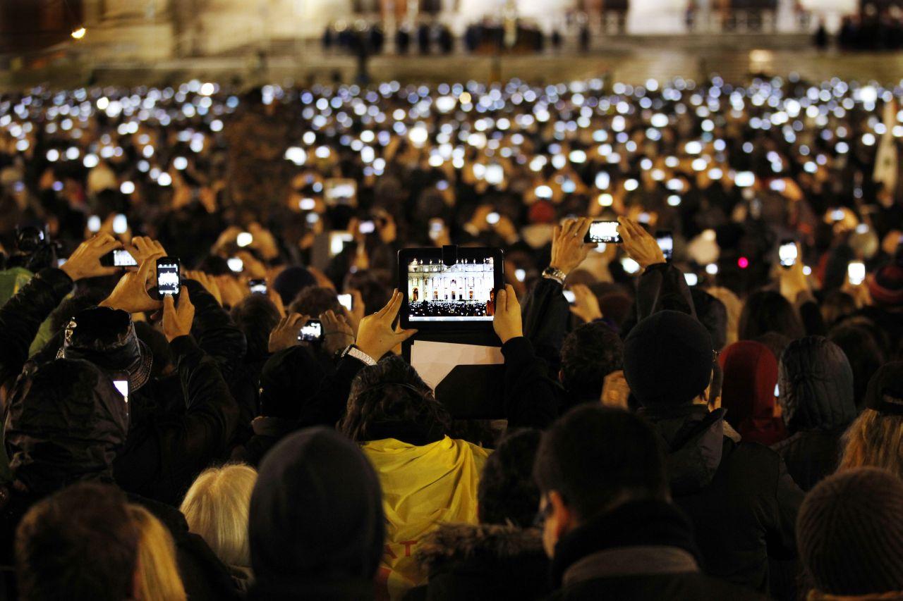 Lemo objekt besucher fotografieren den neuen papst franziskus for What do publicists do