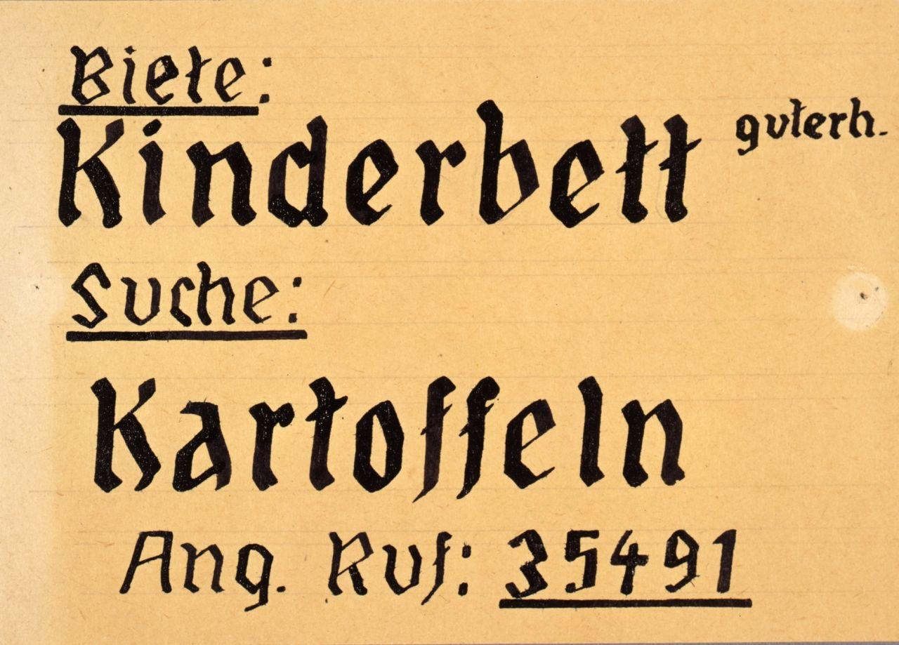 In dieser handgeschriebenen Tauschanzeige von ca. 1946 bietet jemand ein guterhaltenes Kinderbett gegen Kartoffeln.