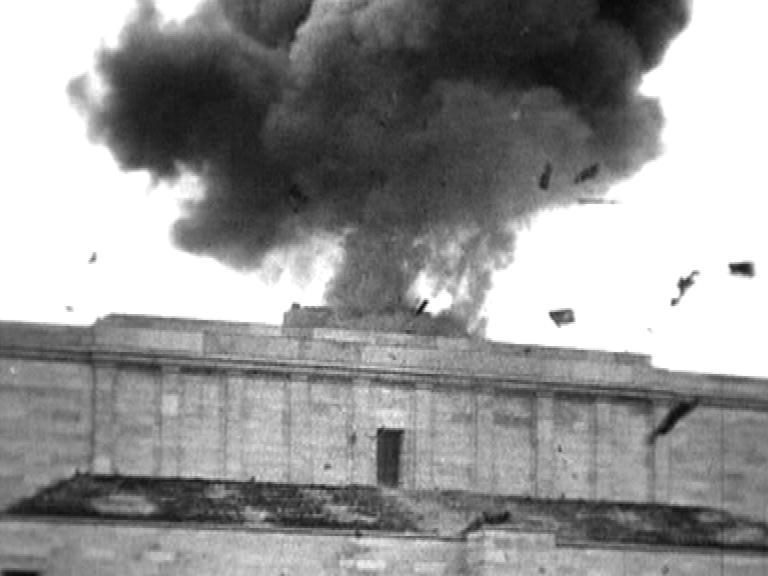 Videostartbild, Sprengung des goldenen Hakenkreuz über der Haupttribüne des Zeppelinfeldes, Nürnberg